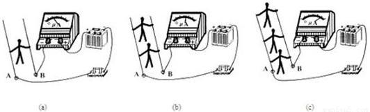 描述: 电阻的并联 【知识点的认识】 (1)电阻的并联实质是增大了导体的横截面积,所以并联电路的总电阻比任何一个分电阻都小. (2)并联电路的总电阻的倒数等于各分电阻的倒数之和. 公式:$frac{1}{R}$=$frac{1}{{R}_{1}}$+$frac{1}{{R}_{2}}$. (3)并联电路中任何一个分电阻增大,总电阻也随之增大. (4)n个阻值相同的电阻并联,总电阻等于Rn. 【解题方法点拨】 (1)反比实质是倒数之比,并不是前后位置的调换,例如 1:2:3的反比不是3:2:1,而是6